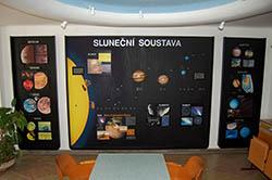 Pohled na více jak 20 let starou a nevyhovující stálou expozici ve vstupní hale valašskomeziříčské hvězdárny