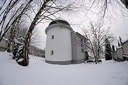 Zimní pohled na Kysuckou hvezdáreň v Kysuckom Novom Meste.