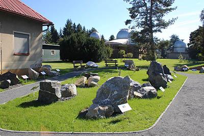 Geopark - Jak vznikaly Karpaty v pozadí s hlavní budovou Hvězdárny Valašské Meziříčí.