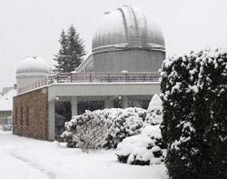 Hlavní budova Hvězdárny Valašské Meziříčí v zimním hávu.