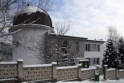 Hlavní budovy Kysucké hvězdárny v zimním hávu
