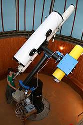 Nová paralaktická montáž s hlavnými ďalekohľadmi hvezdárne.