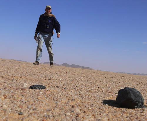 Zvyšky asteroidu 2008 TC3 (meteorit pomenovaný Almahata Sitta), nájdene v sudánskej púšti. Na snímke je vedúci výpravy Peter Jenniskens.