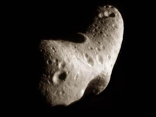 Záber asteroidu Eros z kozmickej sondy NEAR-Shoemaker.