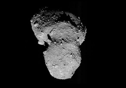 Asteroid Itokawa zo sondy Hayabusa.