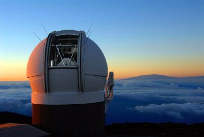 Špecializovaný ďalekohľad na vyhľadávanie blízkozemských asteroidov Pan-STARRS za 2,5 roka objavil viac ako 800 blízkozemských asteroidov. Je postavený na 3000-m vysokej sopke Haleakala na Maui. V pozadí je vidieť Mauna Kea na vedľajšom ostrove.