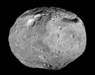 Asteroid Vesta z kozmickej sondy Dawn. Takmer celú južnú pologuľu tvorí impaktný kráter.