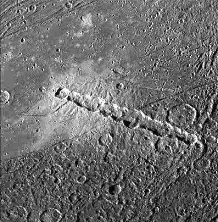 Reťaz kráterov na povrchu Jupiterovho mesiaca Ganymed. Tieto krátery v minulosti pravdepodobne spôsobili dopady fragmentov slapovo rozpadnutej kométy.