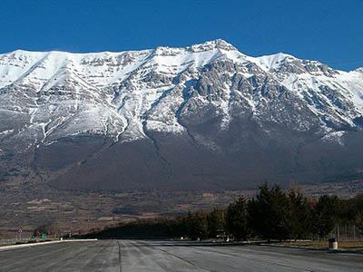 4.Hora Gran Sasso, pod kterou se ukrývá největší evropská podzemní laboratoř, ve které se ve dvou desítkách experimentů chytají nejen neutrina, ale i částice kosmického záření. Zdroj: AGA.