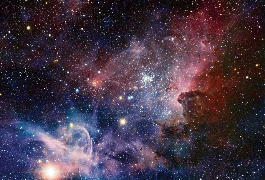 Oblast tvorby hvězd v souhvězdí Carina. Na obrázku jsou vidět typické objekty: nově vzniklou hvězdokupu (v centru), která obsahuje mladé hmotné a zářivé hvězdy, svítící ionizovaný plyn a pozůstatky molekulární mračna (na obrázku viditelné ve formě tmavých načervenalých prachových útvarů). Nejmladší hvězdy jsou stále ještě obaleny plynem a prachem, ze kterého vznikly, a jejich světlo je díky tomu načervenalé (prach lépe pohlcuje modré - krátkovlnné - části spektra), např. objekt vlevo od středu obrázku. Obrázek: ESO.