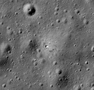 Na tomto snímku je například patrná sovětská sonda Luna 17, která sloužila jako rampa, odkud se na svou cestu vydalo vozítko Lunochod 1. Na záběru pořízeném americkou sondou LRO jsou patrné i otisky jeho kol v měsíčním prachu. Foto: NASA/GSFC/Arizona State University.