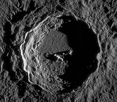 Obrázek 4.: Jedním z nejkrásnějších měsíčních kráterů je Koperník. Nejpříhodnější doba k prohlížení detailů se nabízí zhruba den po první čtvrti a den po poslední čtvrti. Foto: NASA/GSFC/Arizona State University.