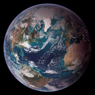 Na tomto vyobrazení Země složeném z několika záběrů meteorologických družic se naše planeta jeví jako místo plné rozmanitého života. Na noční straně lze rozeznat umělá osvětlení lidských sídel, na pevninách zelené koberce lesů a v oceánech sluneční světlo odražené od chlorofylu produkovaného miliardami mikroskopických rostlin. Zdroj: NASA/NOAA