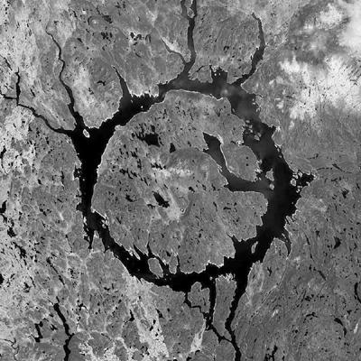 Na snímku je jezero Manicouagan, které je pozůstatkem dopadu planetky o průměru asi pět kilometrů před asi 214 miliony lety. Kráter Manicouagan byl původně přes sto kilometrů široký, dnes je ale zřetelný pouze jeho pozůstatek v podobě prstýnkovité prohlubně zalité jezerem s průměrem 70 kilometrů, který snadno najdeme i v některých školních atlasech nebo na podrobnějších mapách severoamerického kontinentu.