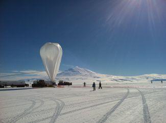 Před vypuštěním balónu v rámci projektu Super-TIGER