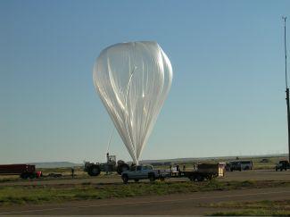 Příprava k vypuštění balónu s rentgenovým dalekohledem HEFT
