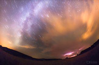 Přicházející bouře při výhledu k letní Mléčné dráze