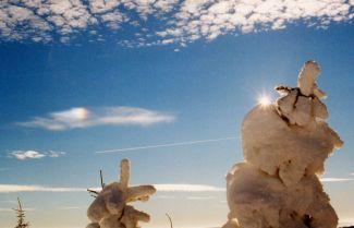 Vedlejší slunce (parhelium) na oblaku druhu cirrus