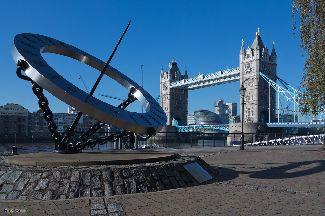 Rovníkové slnečné hodiny na brehu rieky Temže v Londýne