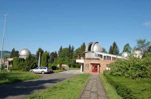 Celkový pohled na část areálu Hvězdárny Valašské Meziříčí s hlavními dvěma objekty.
