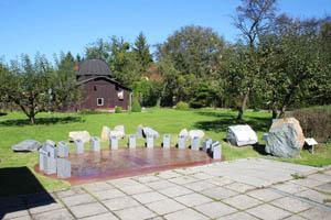Nové analematické sluneční hodiny. V pozadí historická Ballnerova hvězdárna s novou expozicí meteorologických přístrojů.
