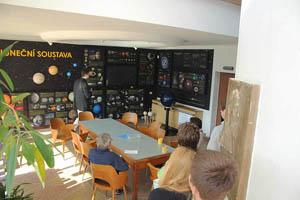 Pohled do vstupní haly hlavní budovy hvězdárny s novou stálou expozicí věnovanou astronomii.