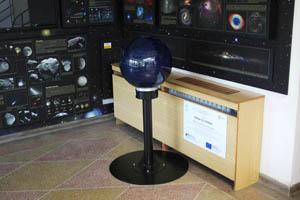 Modrá koule ve středu snímku je velmi oblíbený model planetárních atmosfér.