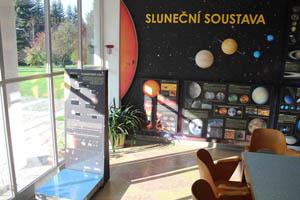 Část stálé expozice věnované Sluneční soustavě, vlevo u prosklení jsou planetární váhy.