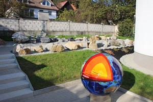 Model řezu Zemí a v pozadí část geokoutku.