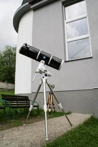 Jednoduchý zrkadlový astronomický ďalekohľad Newton s paralaktickou montážou